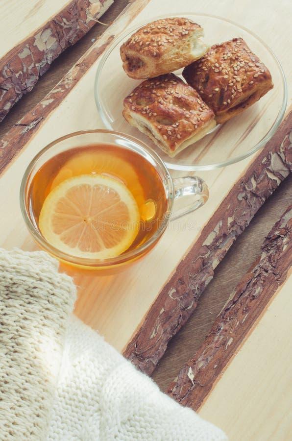 Fond confortable et mou d'hiver La tasse de thé et chauffent le chandail tricoté images stock