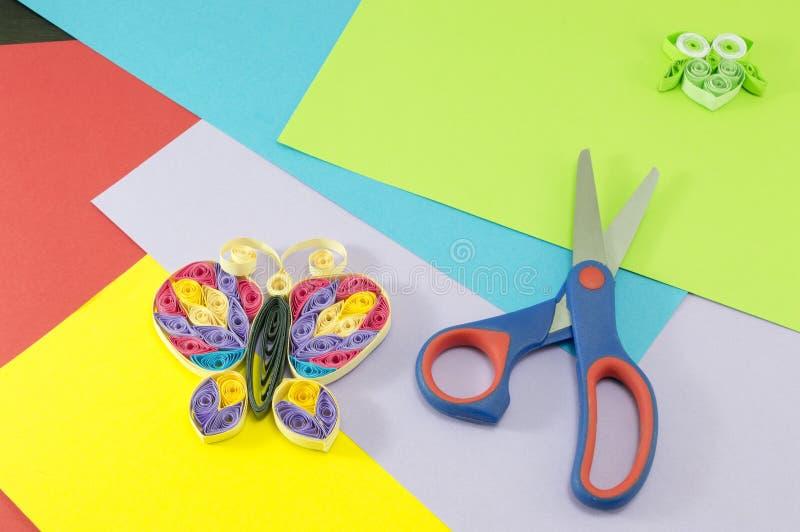 Fond créateur Papillon et ciseaux de papier sur le colorfu image libre de droits