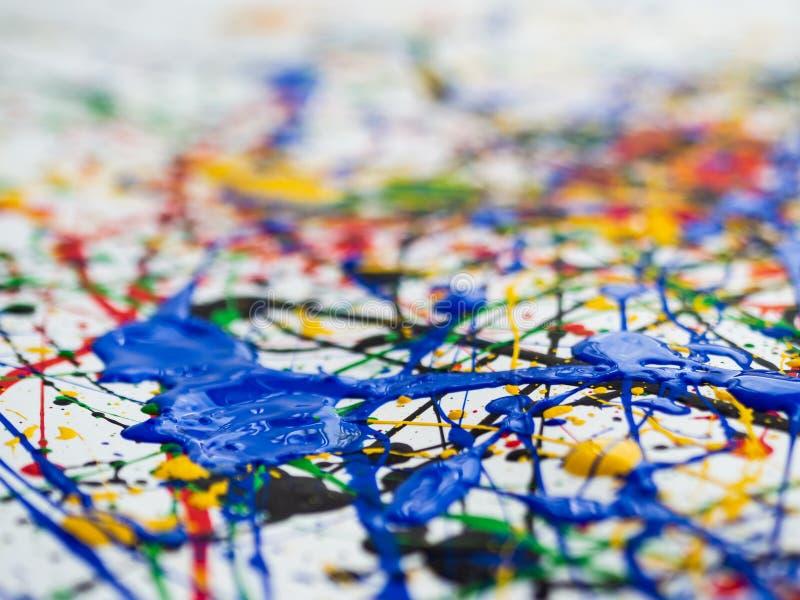 Fond créatif d'art d'expressionisme abstrait l'art de éclabousse et s'égoutte peinture bleue jaune verte noire rouge sur le fond  photographie stock