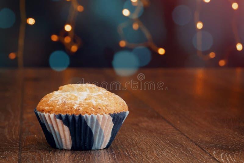 Fond créatif, petit gâteau avec des bougies, beau bokeh Joyeux anniversaire Présent concept pour des vacances photo libre de droits