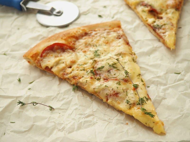Fond culinaire avec deux morceaux de pizza de pepperoni fraîchement cuite au four Pizza faite maison avec le thym photos libres de droits