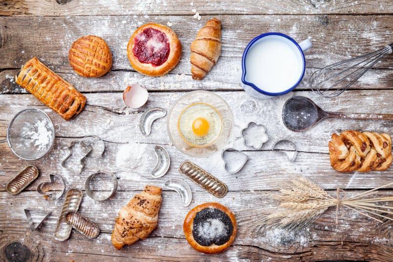 Fond délicieux de cuisson de vacances avec des ingrédients et des ustensiles photos libres de droits