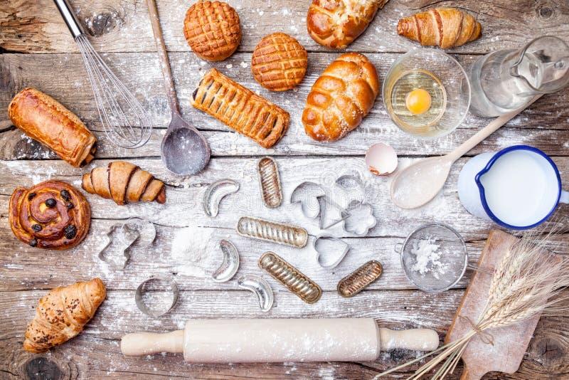 Fond délicieux de cuisson de vacances avec des ingrédients et des ustensiles images libres de droits