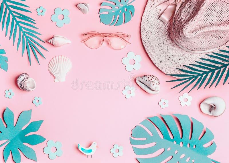 Fond d'été Accessoires roses en pastel de femme : chapeau de paille avec des lunettes de soleil, des coquilles de mer et des feui images stock