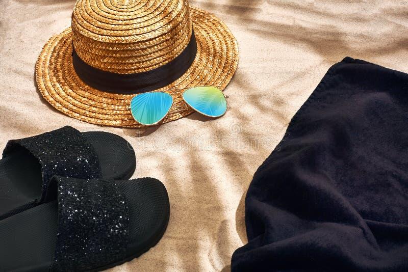 Fond d'été avec le chapeau de paille, les lunettes de soleil, la bouteille de protection solaire et les bascules électroniques photo libre de droits