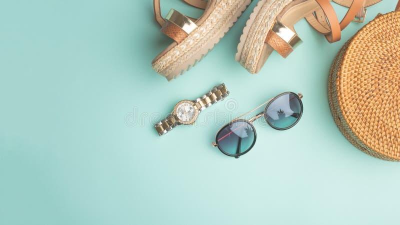 Fond d'été avec un sac à la mode en osier, et chaussures de l'été des femmes, et verres de soleil, montres Mode d'été, le concept images stock