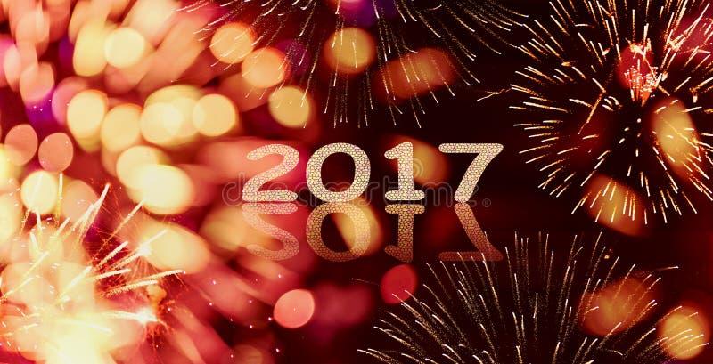 Fond d'étincelle et de feu d'artifice de nouvelle année de bokeh avec écrit 2017 photographie stock libre de droits