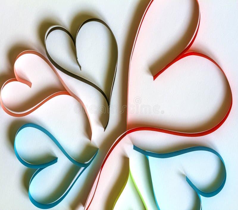 Fond d'abrégé sur jour du ` s de Valentine avec les coeurs colorés de papier coupés sur le blanc image stock