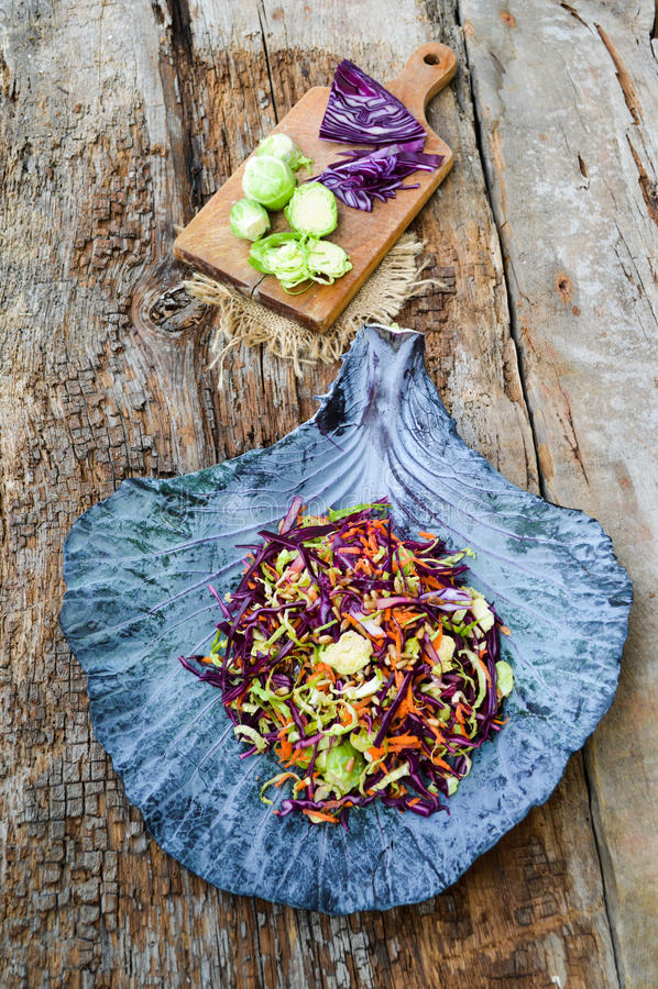 Download Fond D'aliments Diététiques : Salade Végétale Avec Le Chou Rouge Et Le Br Image stock - Image du santé, normal: 45371387