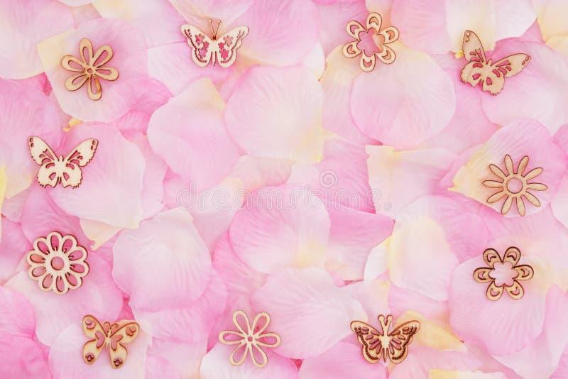 Fond d'amour avec les pétales roses roses d'une fleur illustration libre de droits