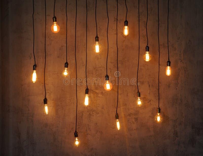 Fond d'ampoule d'Edison Lampes de cru au-dessus de fond concret photo stock