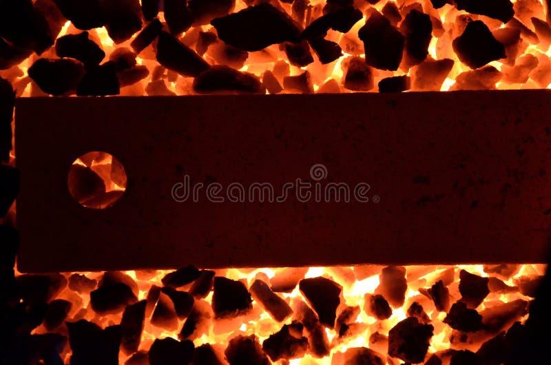 Fond d'anthracite brûlant de charbon et d'une bande en acier d'un rouge ardent photo libre de droits