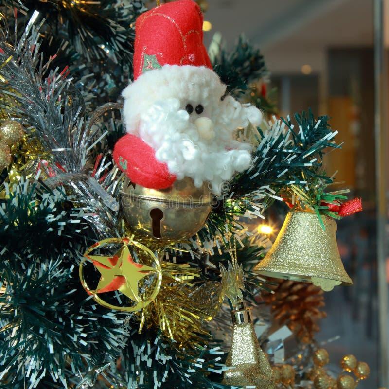 Fond d'arbre de Noël avec des babioles et des boules de couleur photographie stock