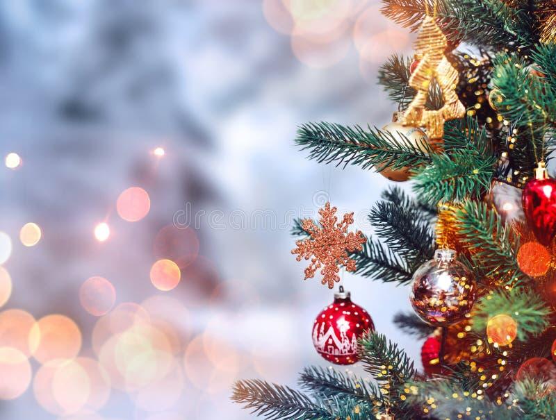 Fond d'arbre de Noël et décorations de Noël avec la neige, brouillé, étincellement, rougeoyant An neuf heureux et Noël images stock