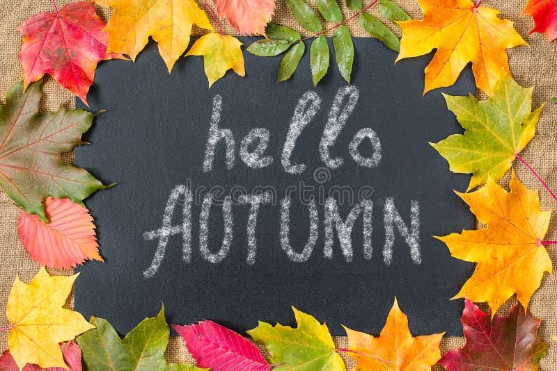 Fond d'automne avec bonjour des lettres d'automne, feuilles d'automne photo stock