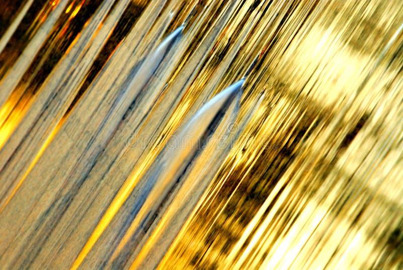 Fond d'or d'écoulement d'eau photos stock