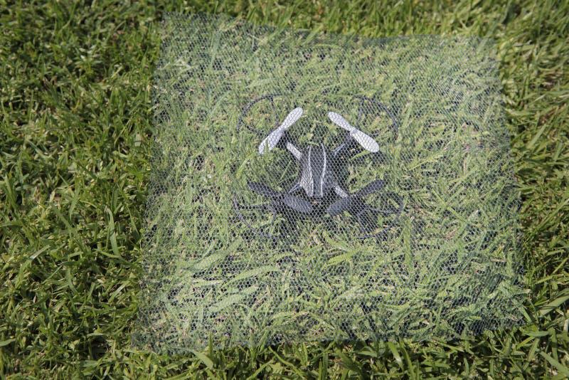 Fond d'herbe de grille de Quadcopter personne image stock