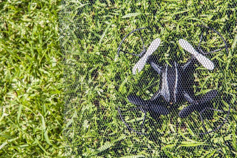 Fond d'herbe de grille de Quadcopter personne photo libre de droits