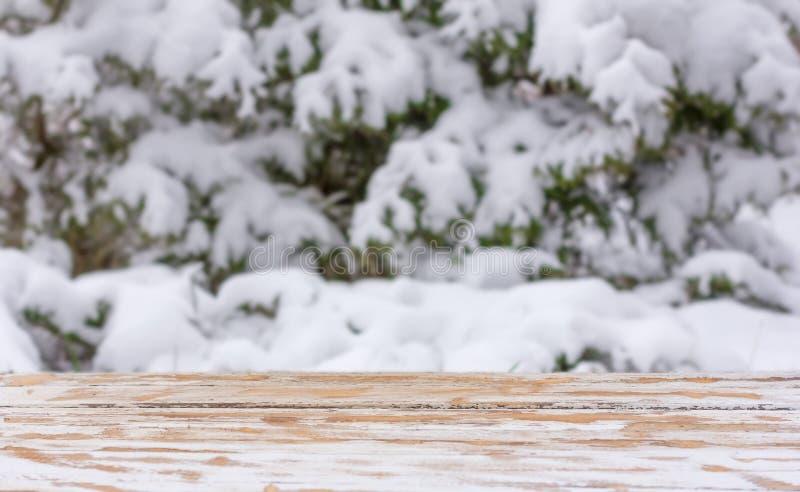 Fond d'hiver avec une table en bois et un secteur de support pour le placement des objets raillez pour le texte, félicitations, e photographie stock
