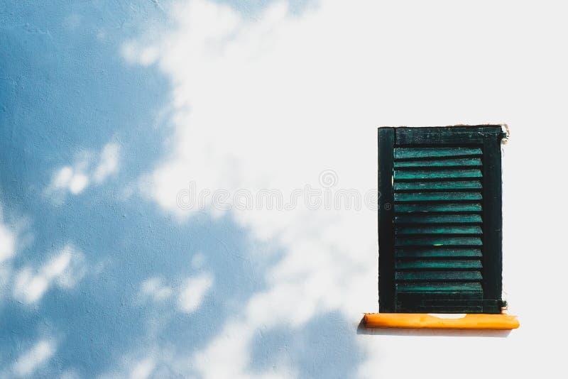 Fond d'image de volet rustique de fenêtre sur Spani traditionnel image libre de droits