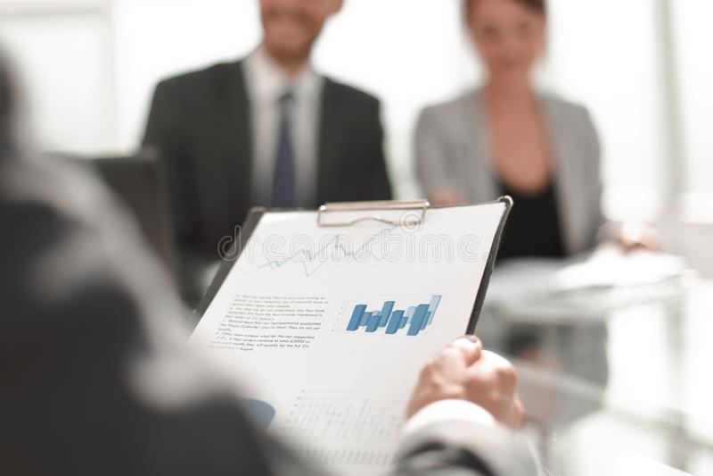 Fond d'image d'un homme d'affaires vérifiant les documents financiers image stock