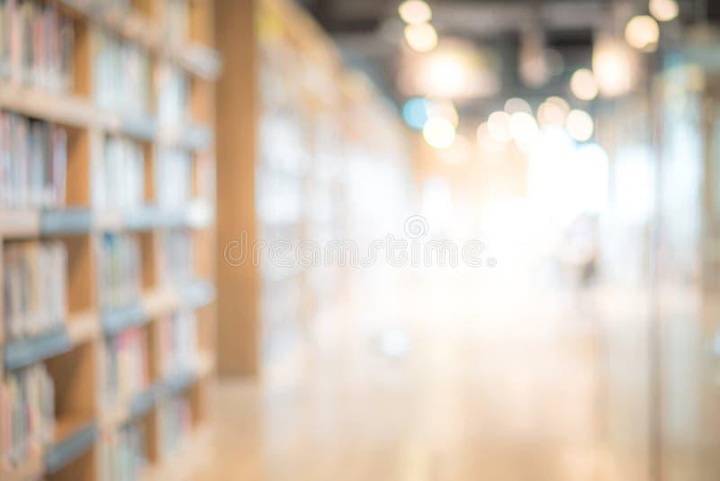 Fond d'intérieur brouillé par résumé de bibliothèque publique photographie stock libre de droits