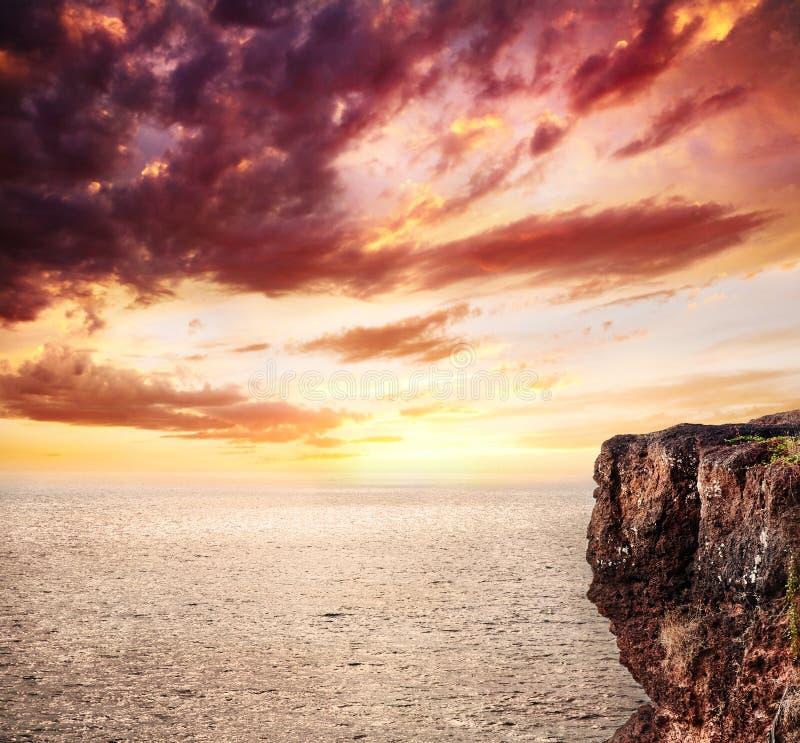 Fond d'océan, de falaise et de coucher du soleil images libres de droits