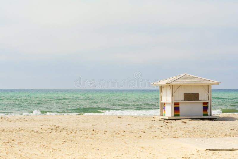 Fond d'océan Plage vide Huttes blanches de plage à côté de la mer photos stock