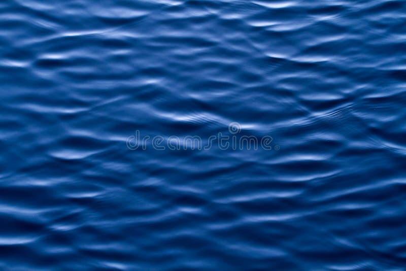 Fond d'ondulations et de vagues de l'eau bleue photographie stock