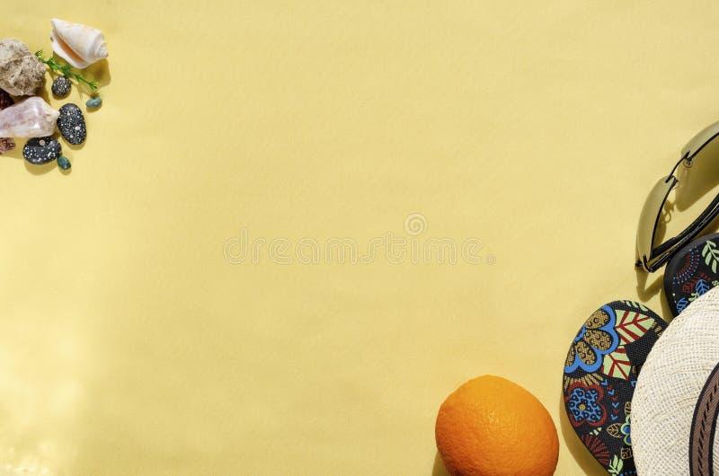 Fond d'?t? Conception étendue plate des accessoires de voyageur sur le fond jaune Concept de rabotage de voyage ou de vacances image stock