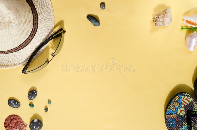 Fond d'?t? Configuration plate de chapeau de paille, de lunettes de soleil, de bascules ?lectroniques et de coquillages sur le fo photos stock