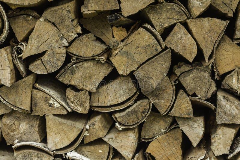 Fond d'un bois de chauffage sec et rugueux, coupe dans de petits morceaux image stock