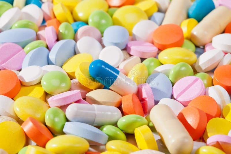 Fond d'un grand nombre de pilules colorées images libres de droits