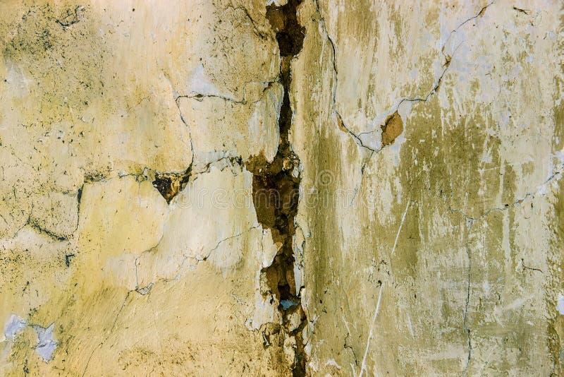 Fond d'un mur de la vieille maison de la fracture image libre de droits
