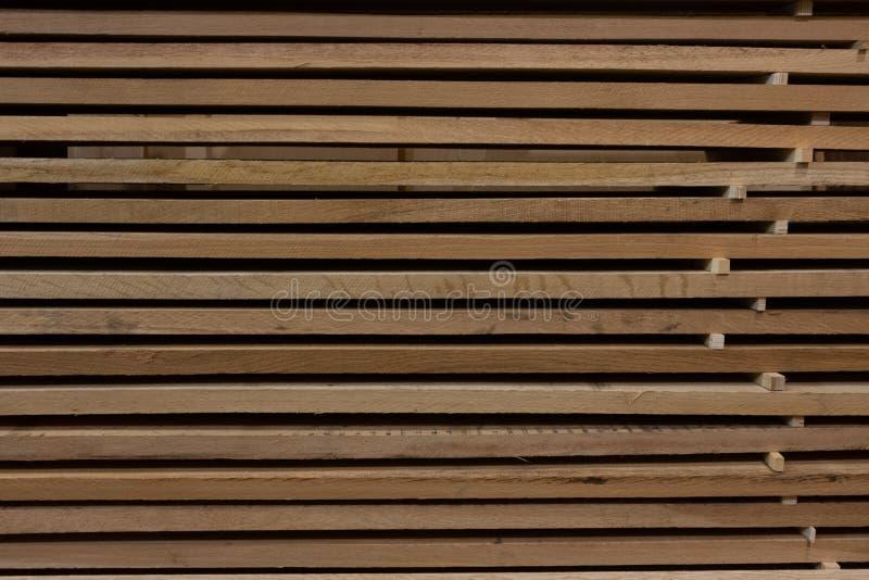 Fond d'une pile de conseils en bois dans le stockage photographie stock