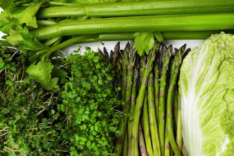 Fond de beaucoup de différents légumes et herbes verts frais, vue supérieure, plan rapproché Le concept de la nutrition saine et  photos stock