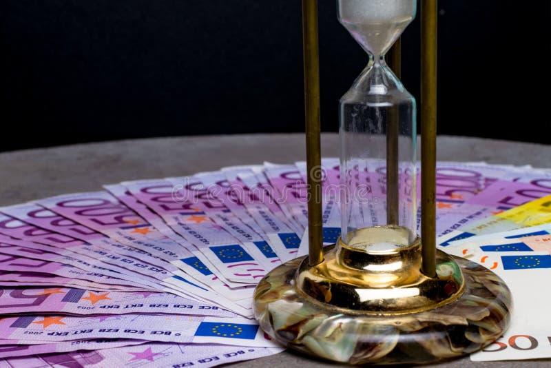 fond de beaucoup de 500 euro billets de banque avec le sablier Devise d'UE photos libres de droits