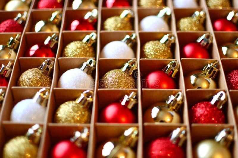 Fond de billes de No?l Décorations de Noël dans un paquet photographie stock