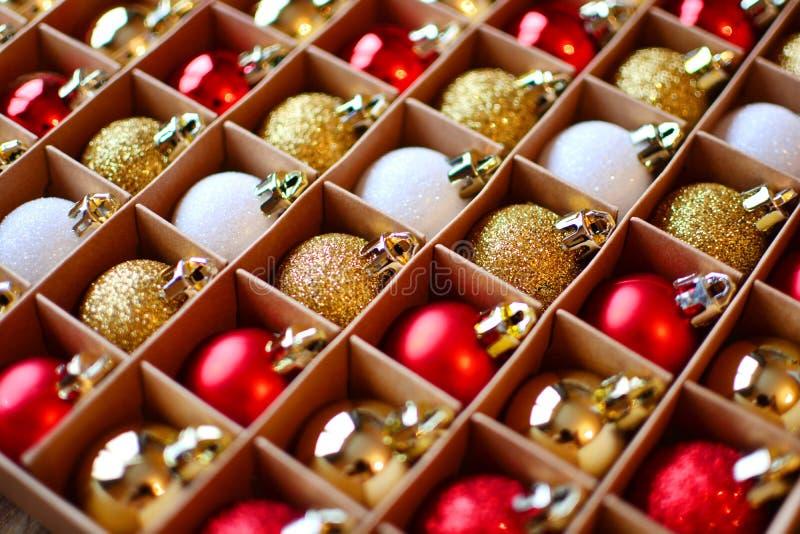 Fond de billes de No?l Décorations de Noël dans un paquet images stock