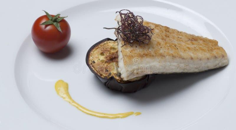 Fond de blanc d'aubergine de petit morceau de poissons images libres de droits