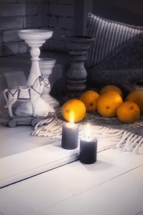 fond de blanc de flamme de chandelier de bougie de fruits d'oranges photos libres de droits