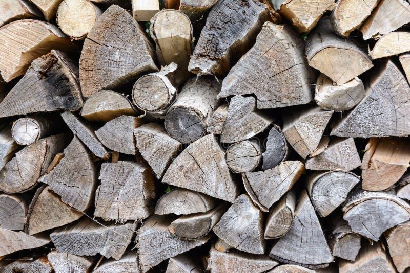 Fond de bois de chauffage d'une manière ordonnée empilé Texture de bois sec photo stock