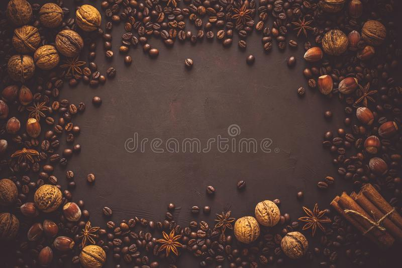Fond de Brown avec des noix, des noisettes, l'anis, la cannelle et des grains de café photo libre de droits