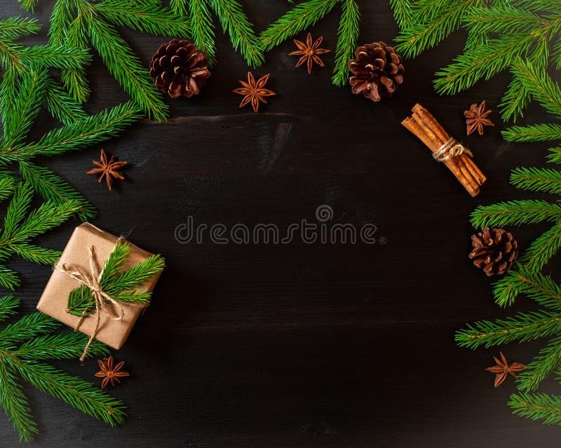 Fond de brun foncé de Noël et de bonne année La boîte de Noël de cadeau, sapin s'embranche, vue supérieure, l'espace de copie photo stock