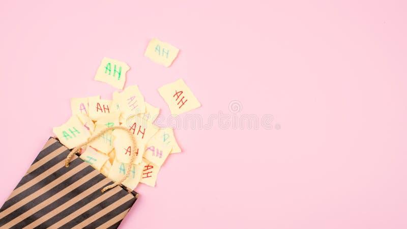 """Fond de célébration de jour d'April Fools """" Sac de papier avec beaucoup de feuilles de papier avec les mots haha 1er avril maquet photo libre de droits"""