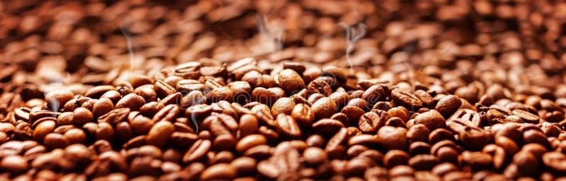 Fond de café avec des haricots, torréfaction de café photo stock