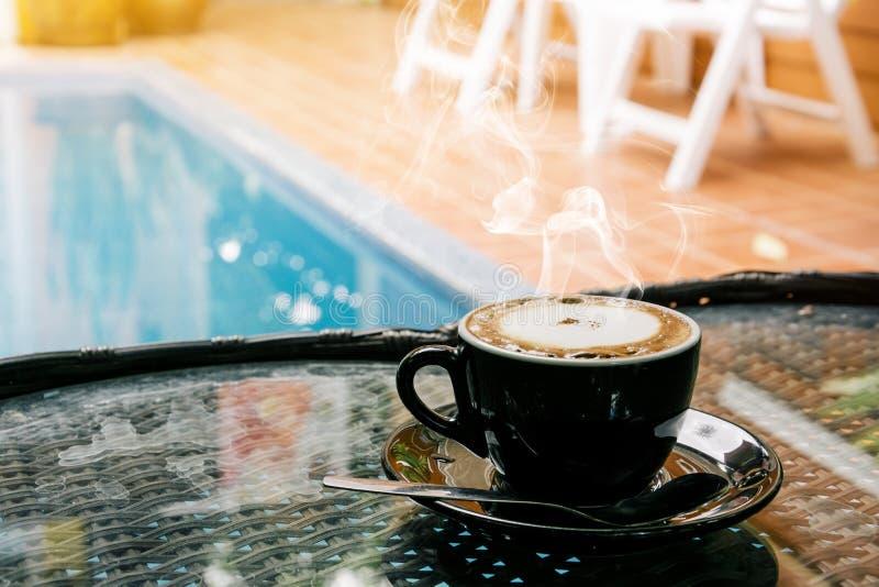 Fond de café, vue supérieure avec l'espace de copie fond, tasse de café et bonjour de fumée, café chaud et cuillère, f sélectif image stock
