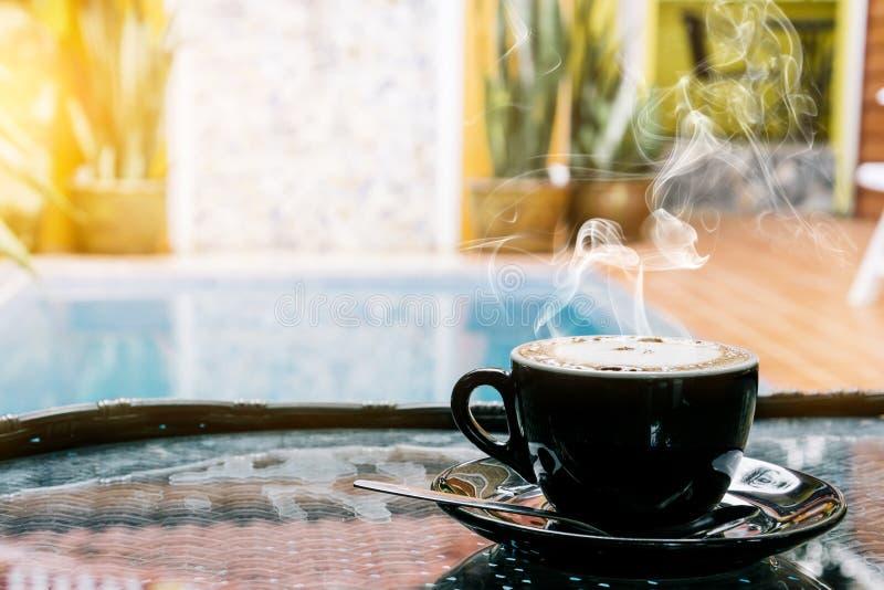 Fond de café, vue supérieure avec l'espace de copie fond, tasse de café et bonjour de fumée, café chaud et cuillère, f sélectif photographie stock