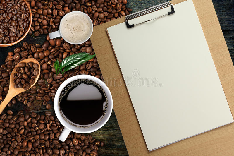 Fond de café, vue supérieure avec l'espace de copie Tasse blanche de café et de lait, Bois-presse-papiers photographie stock
