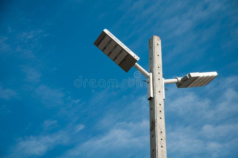Fond de ciel avec des projecteurs images stock